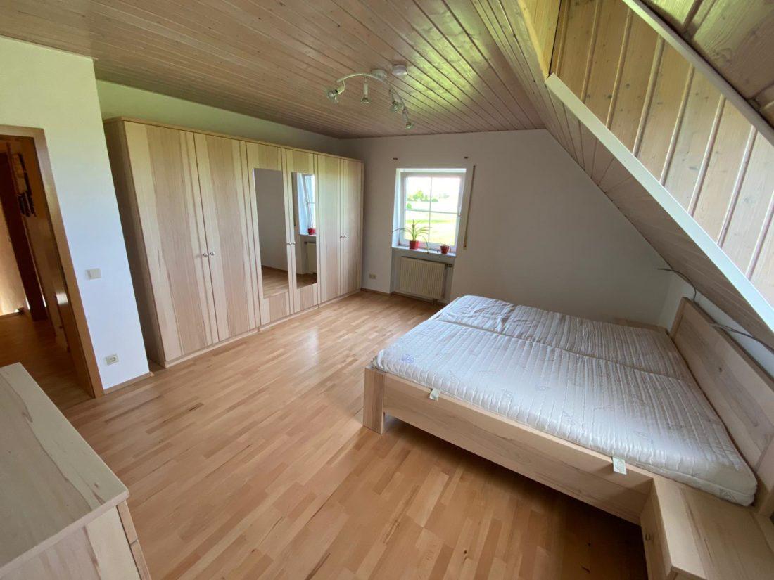 Schlafzimmer aus heller Kernbucht